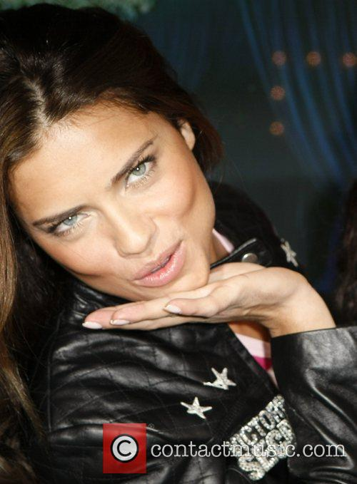 * LIMA TO BE A MUM Supermodel ADRIANA...
