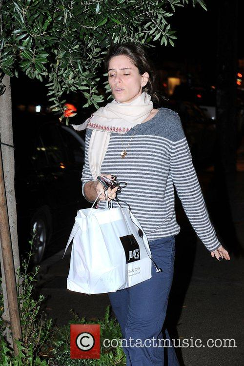 Amanda Peet, Wearing No Makeup and Carrying Her Dinner From Joan's On Third 2