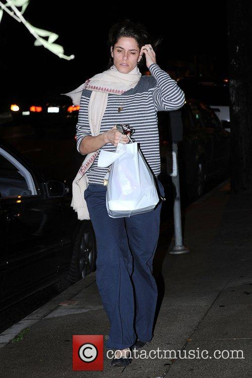 Amanda Peet, Wearing No Makeup and Carrying Her Dinner From Joan's On Third 3
