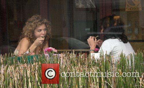 AnnaLynne McCordhaving lunch with her girlfriend at Newsroom...