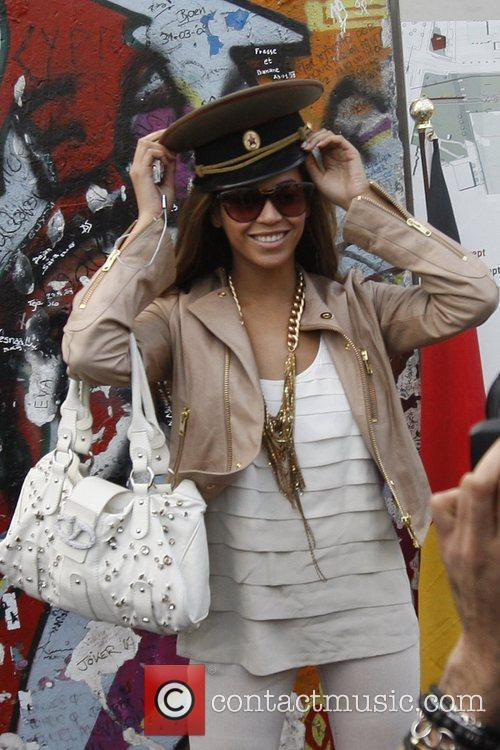Beyonce Knowles wearing a russian soldier's hat gets...