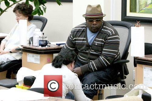 Cedric the Entertainer at a beauty salon getting...