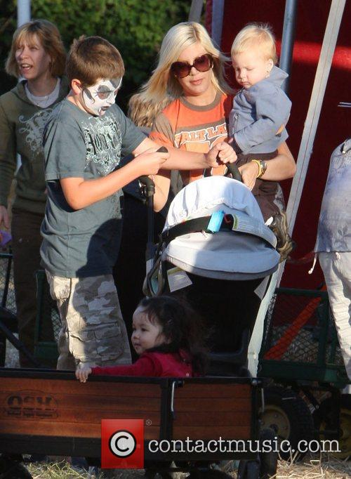 Tori Spelling and Family 4