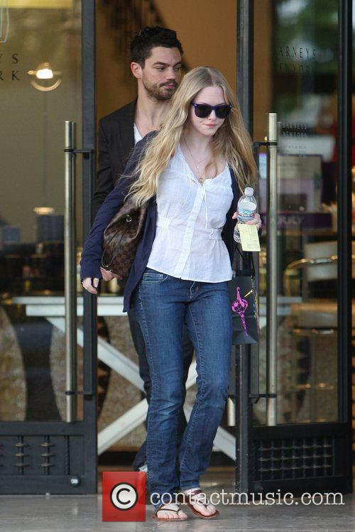 Amanda Seyfried and Dominic Cooper 8