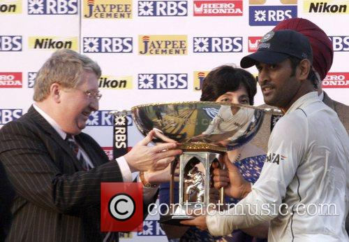 Ms Dhoni Recieves The Trophy 1