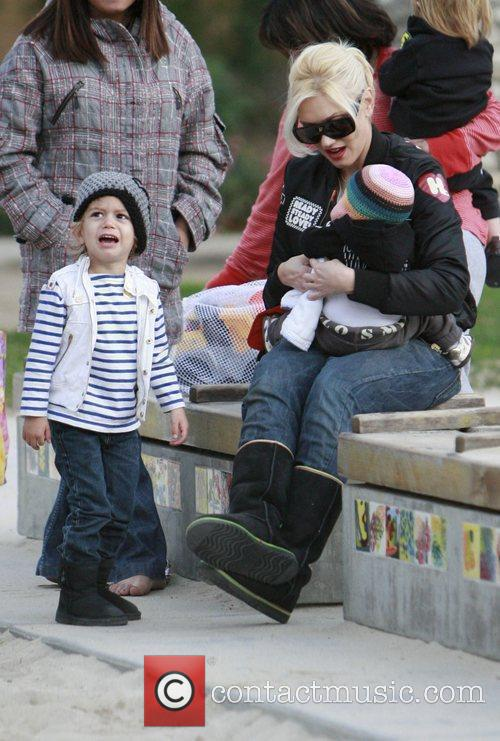Gwen Stefani  plays with Kingston Rossdale and...