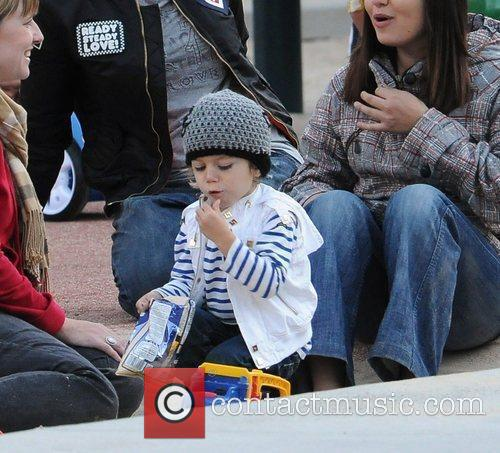 Kingston Rossdale Gwen Stefani with her children playing...