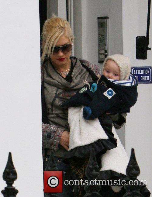 Leaves her home with her son Zuma Rossdale