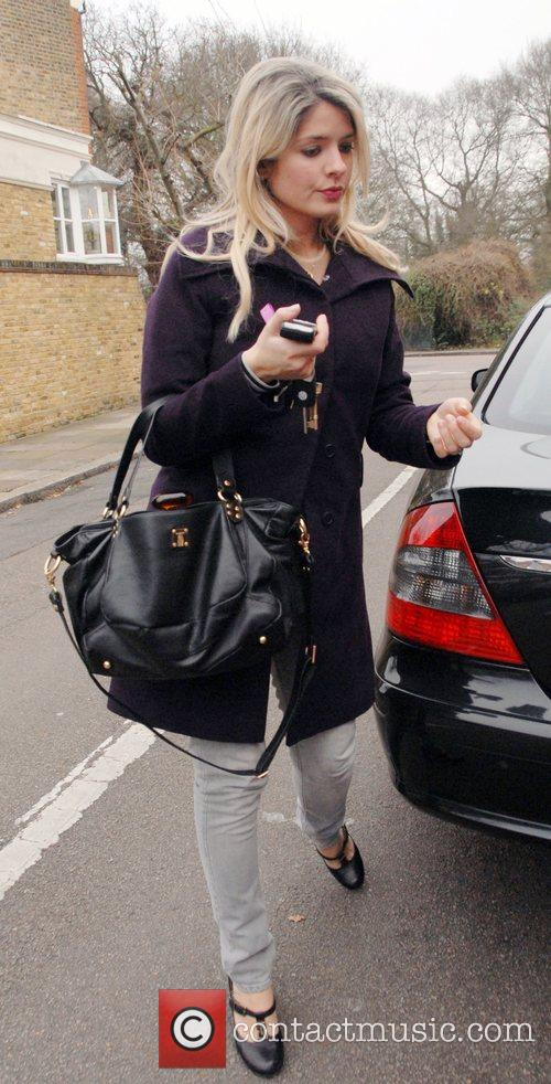 Holly Willoughby leaves her house and goes shopping