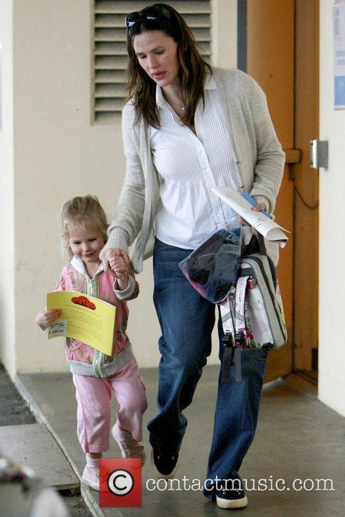 Picks up her daughter Violet Affleck from school...