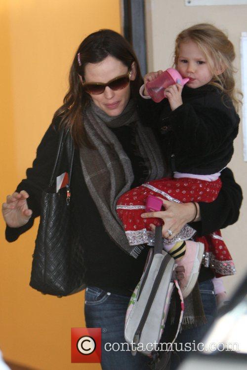 Picks up her daughter Violet Affleck from school