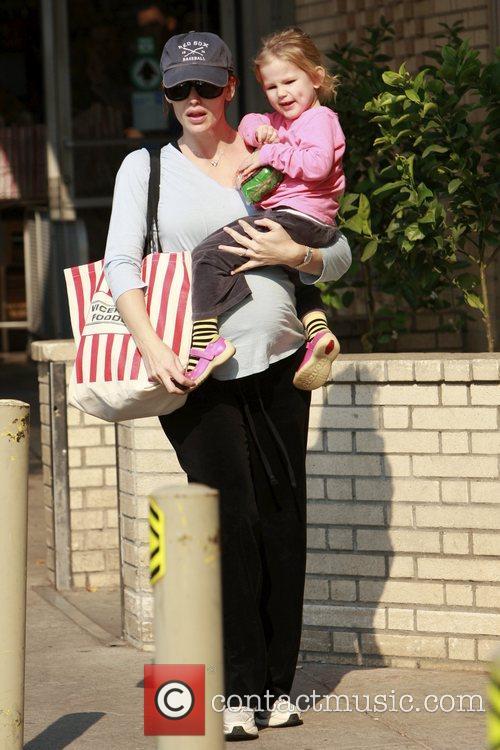 Pregnant Jennifer Garner goes shopping with her daughter...