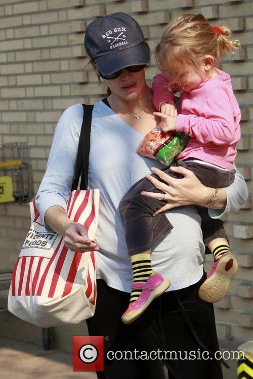 Pregnant Jennifer Garner goes shopping with her daughter...