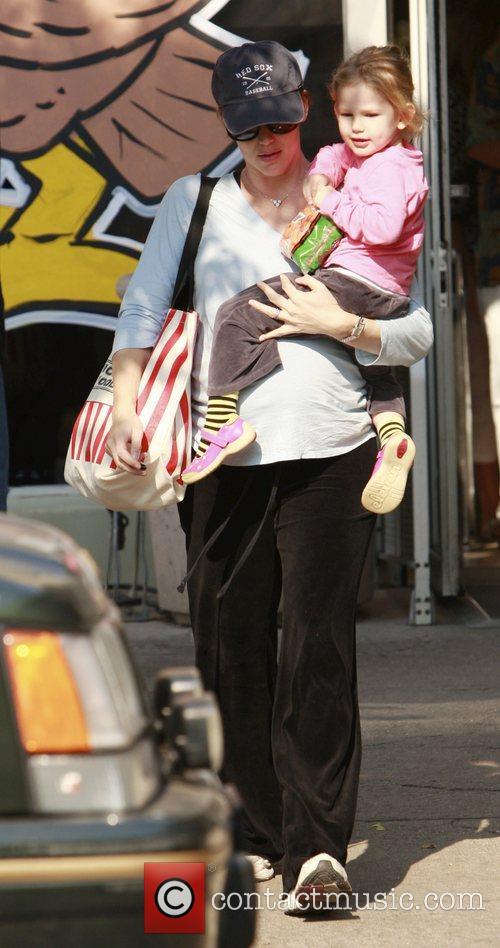 Jennifer Garner  takes Violette to the grocery...