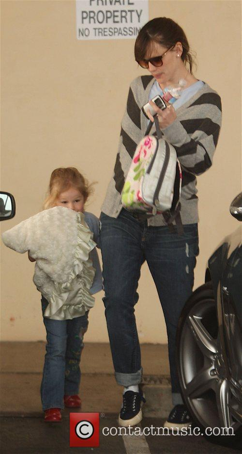 Picks her daughter Violet Affleck up from school