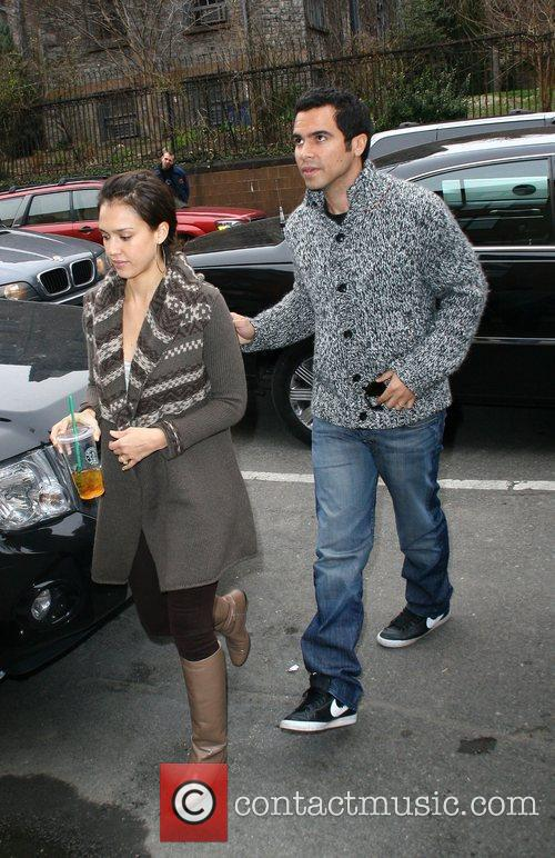 Jessica Alba, her husband and Cash Warren go looking for a new home 4