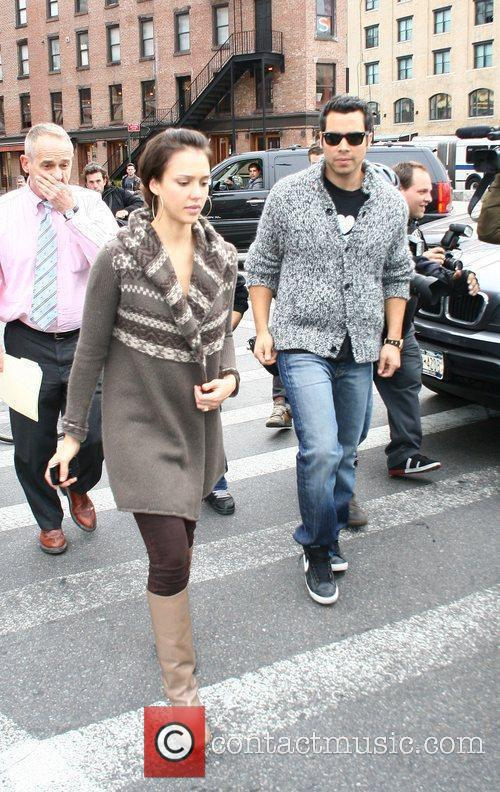 Jessica Alba, her husband and Cash Warren go looking for a new home 3