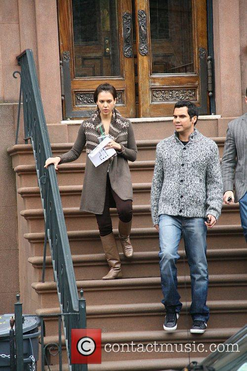 Jessica Alba, her husband and Cash Warren go looking for a new home 14