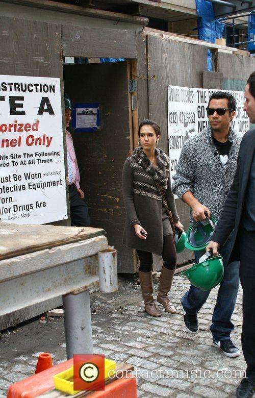 Jessica Alba, her husband and Cash Warren go looking for a new home 1