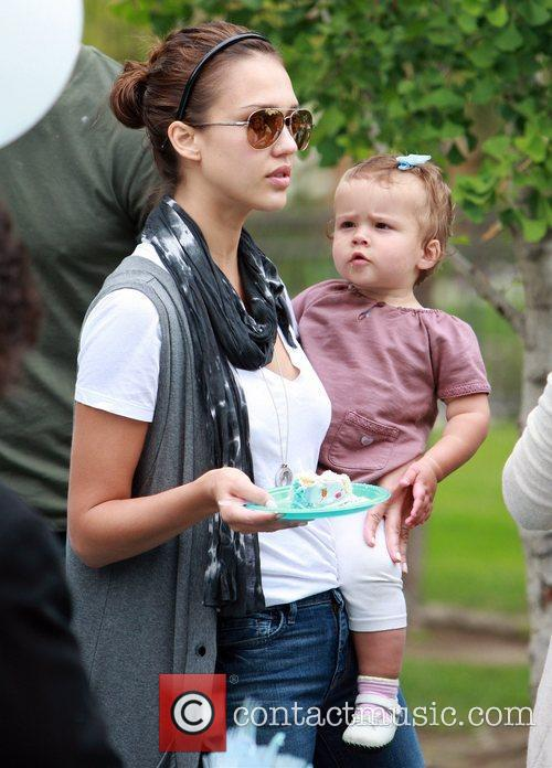 Jessica Alba and daughter Honor Marie enjoy a day at Coldwater Canyon Park in Beverly Hills 5