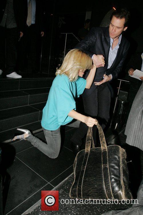 Jim Carrey helps wife Jenny McCarthy  to...