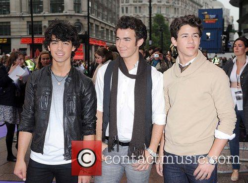 Joe Jonas, Kevin Jonas and Nick Jonas 4