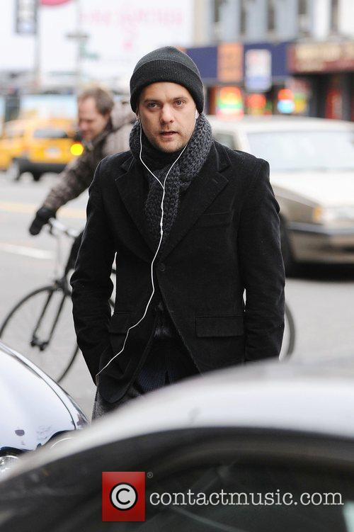 'Fringe' star Joshua Jackson takes a stroll in...