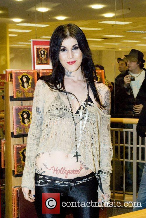 Kat Von D Picture - Tattoo Artist Kat Von D Signs Copies Of..
