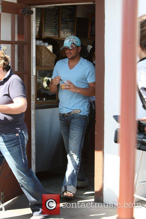 Peter Andre and his wife go to Howdy's...