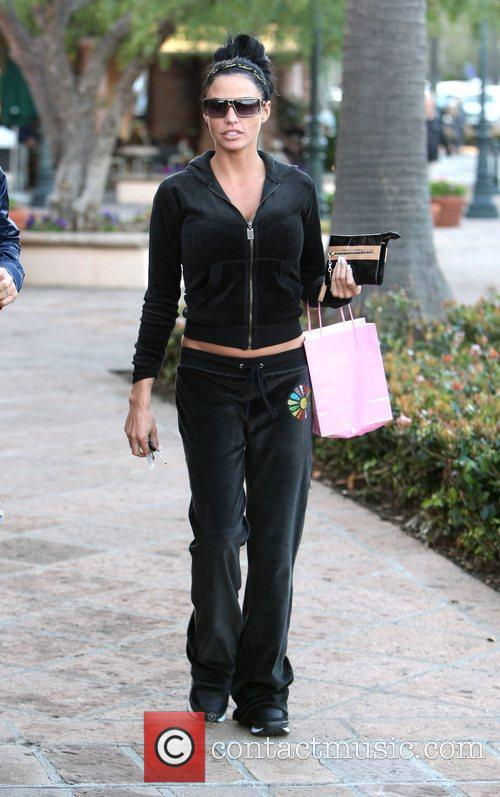 Katie Price leaves Starbucks and returns to her...
