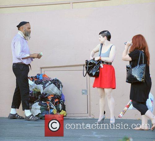 Kelly Osbourne giving a homeles man some money...