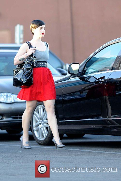 Kelly Osbourne goes to her car after shopping...