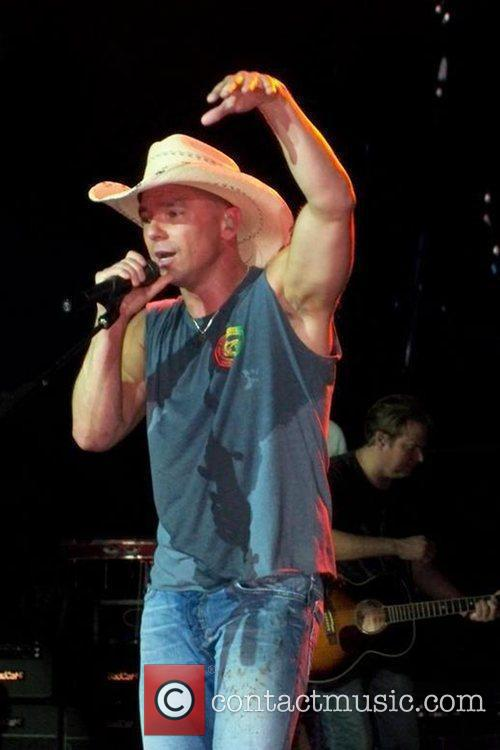 Singer Kenny Chesney spurts blood on himself and...