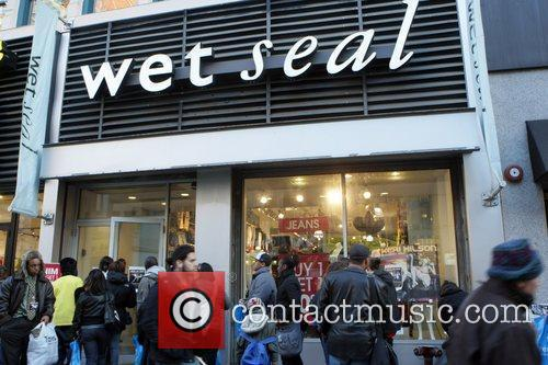 Wet Seal exterior Keri Hilson meets fans and...