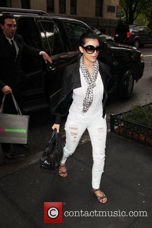 Arrives to her hotel in ripped white jeans