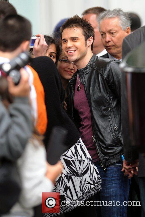 'American Idol' winner Kris Allen meets fans and...