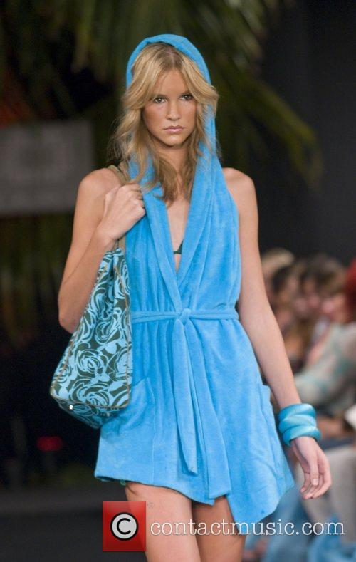Funkshion Fashion Week spring/summer 09 - Fisico designs...