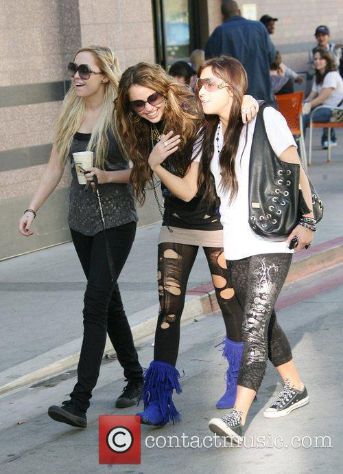 Miley Cyrus, Her Friends Visit A Nail Salon In North Hollyood Mall. She Grabs Lunch At Pandera Bakery Where She Had Clam Chowder Soup With A Bread Roll and Green Salad. 3