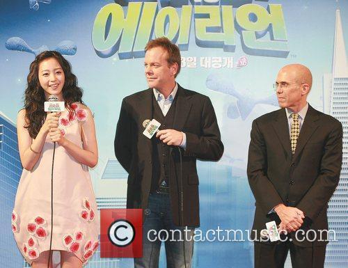 Han Ye-seul, Aliens and Kiefer Sutherland 4