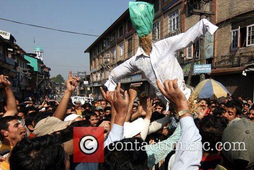 Kashmiri Muslim protestors burn a effigy of Pakistani...