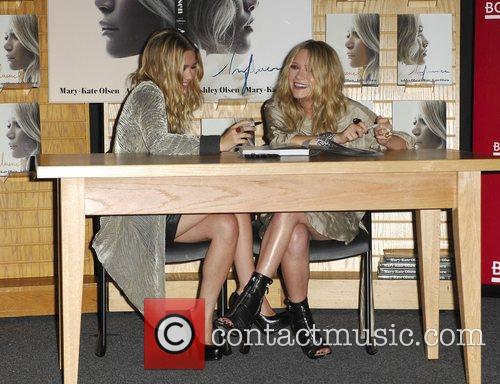 Mary-kate Olsen and Ashley Olsen 7