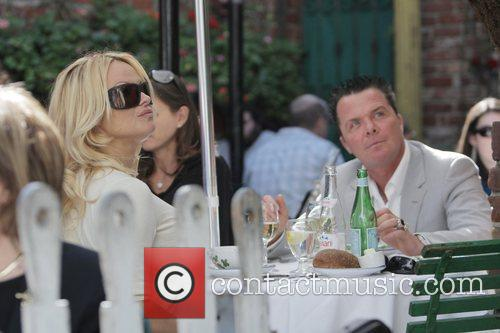 Pamela Anderson and a male friend have lunch at the Ivy 14