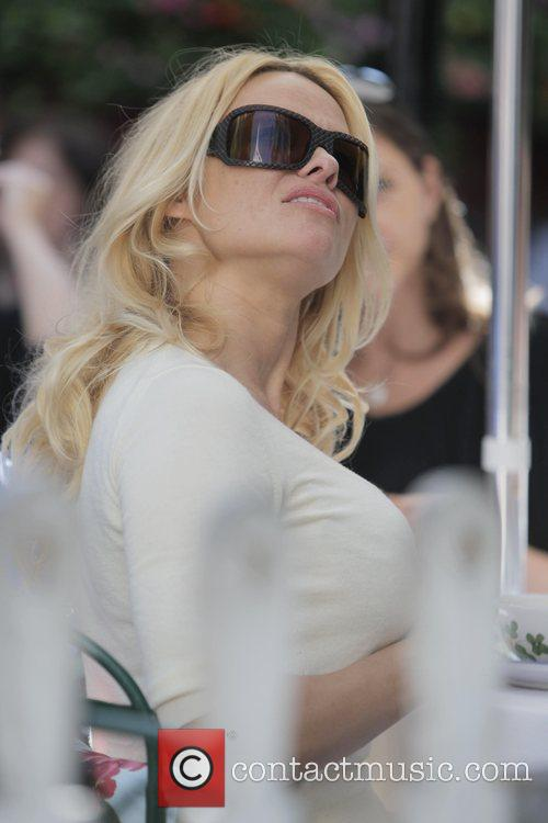 Pamela Anderson and A Male Friend Have Lunch At The Ivy 1