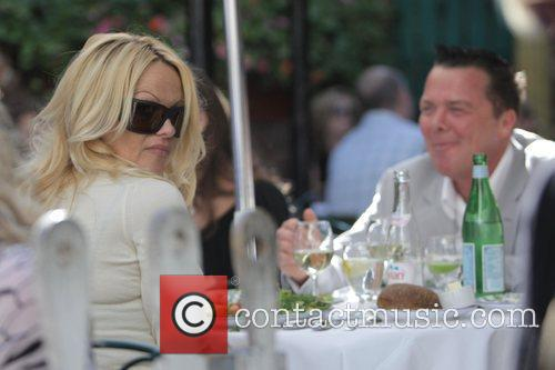Pamela Anderson and A Male Friend Have Lunch At The Ivy 3