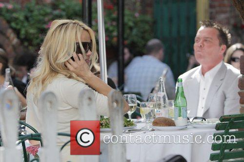 Pamela Anderson and A Male Friend Have Lunch At The Ivy 4