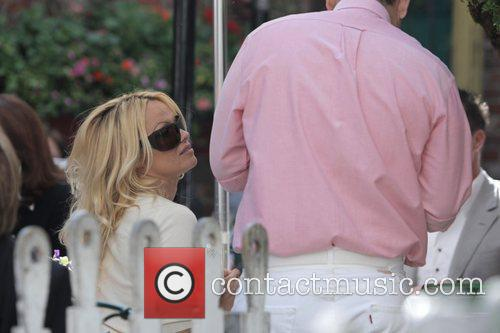 Pamela Anderson and a male friend have lunch at the Ivy 11