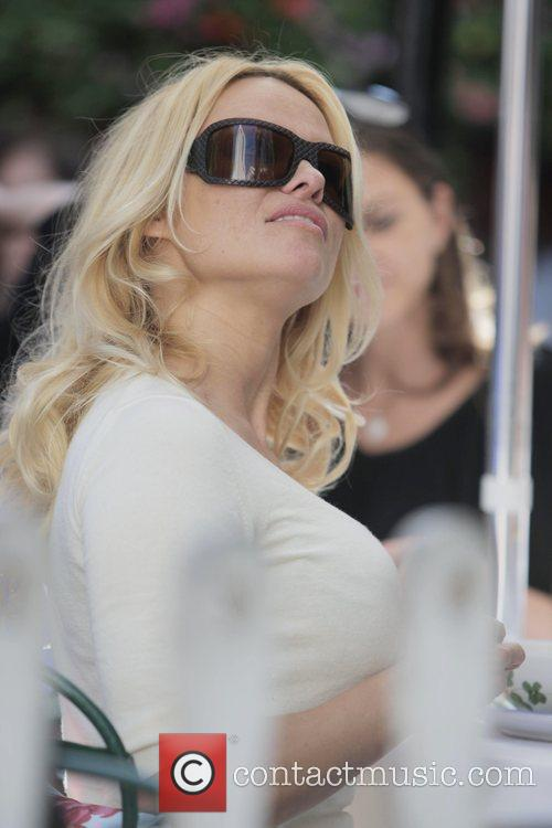 Pamela Anderson and a male friend have lunch at the Ivy 12