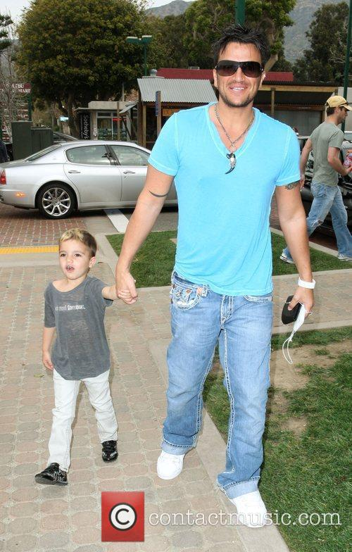 Peter Andre, Son Junior Go For Coffee At Starbucks At Cross Creek and Malibu. 4