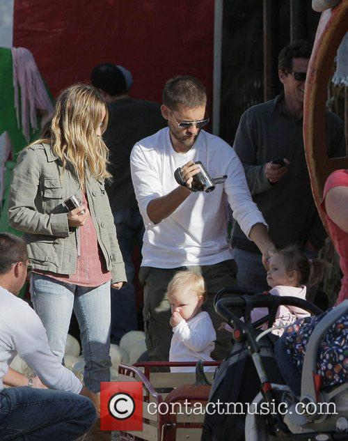 Tobey Maguire, Jennifer Meyer and Daughter Ruby At Mr. Bones Pumpkin Patch In West Hollywood 4
