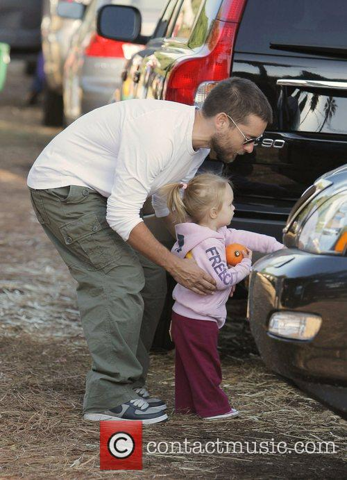 Tobey Maguire and Daughter Ruby At Mr. Bones Pumpkin Patch In West Hollywood 8
